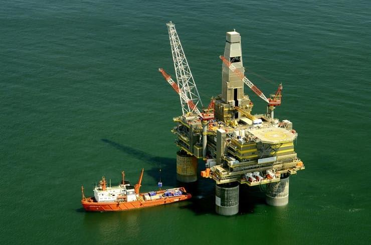 Como ocorre o refino do petróleo